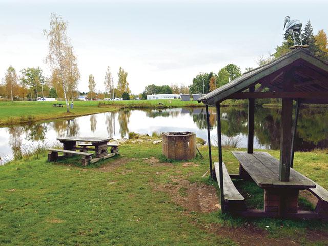 En liten sjö finns på Lövhult och intill den en välutnyttjad grillplats.