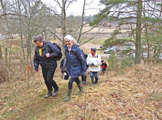 I spetsen för det hela och här vid inledningen av naturstigen är Lilian Nilsson, till vänster i bild, tillsammans med Ann-Marie Karlsson