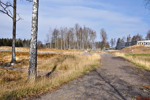 De nya tomterna har nära till skolan och Kindavallen. Förskolan/grundskolan beräknas vara inflyttningsklar i december.