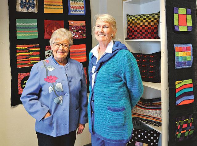 Inga Danielsson och Anne-Charlotte Selse ansvarade för hängningen av utställningen.