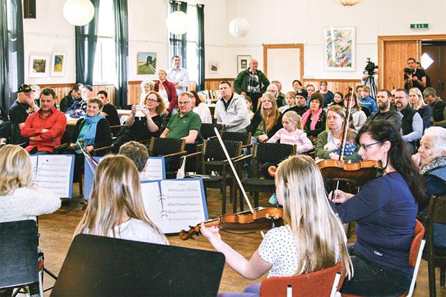 Publiken lyssnar gärna på Kulturskolans elever.
