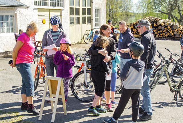 Snart dags för avfärd från Stendahls i Östra Ryd på den 2,3 mil långa cykelrundan Hällerstadsjön Runt.