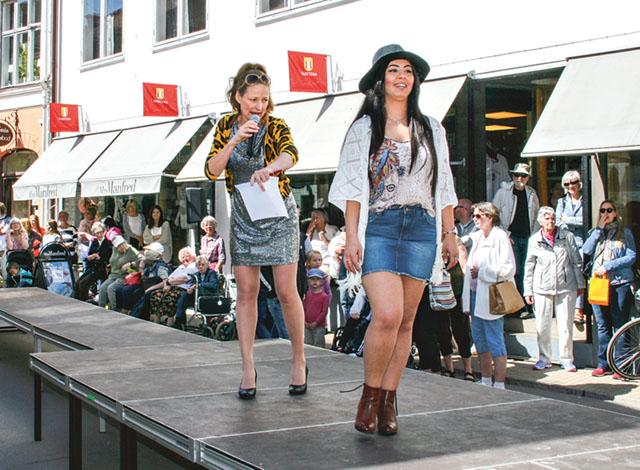 Mixx Mode visar kortkort. Konferenciär är Diana Karlsson, alias skådespelerskan Malin Kärrbrink.