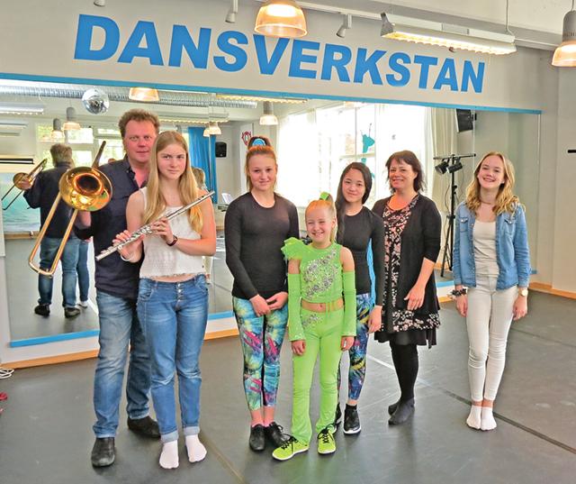 Här är hela gänget samlat i samband med genrepet i Dansverkstans lokaler. Från