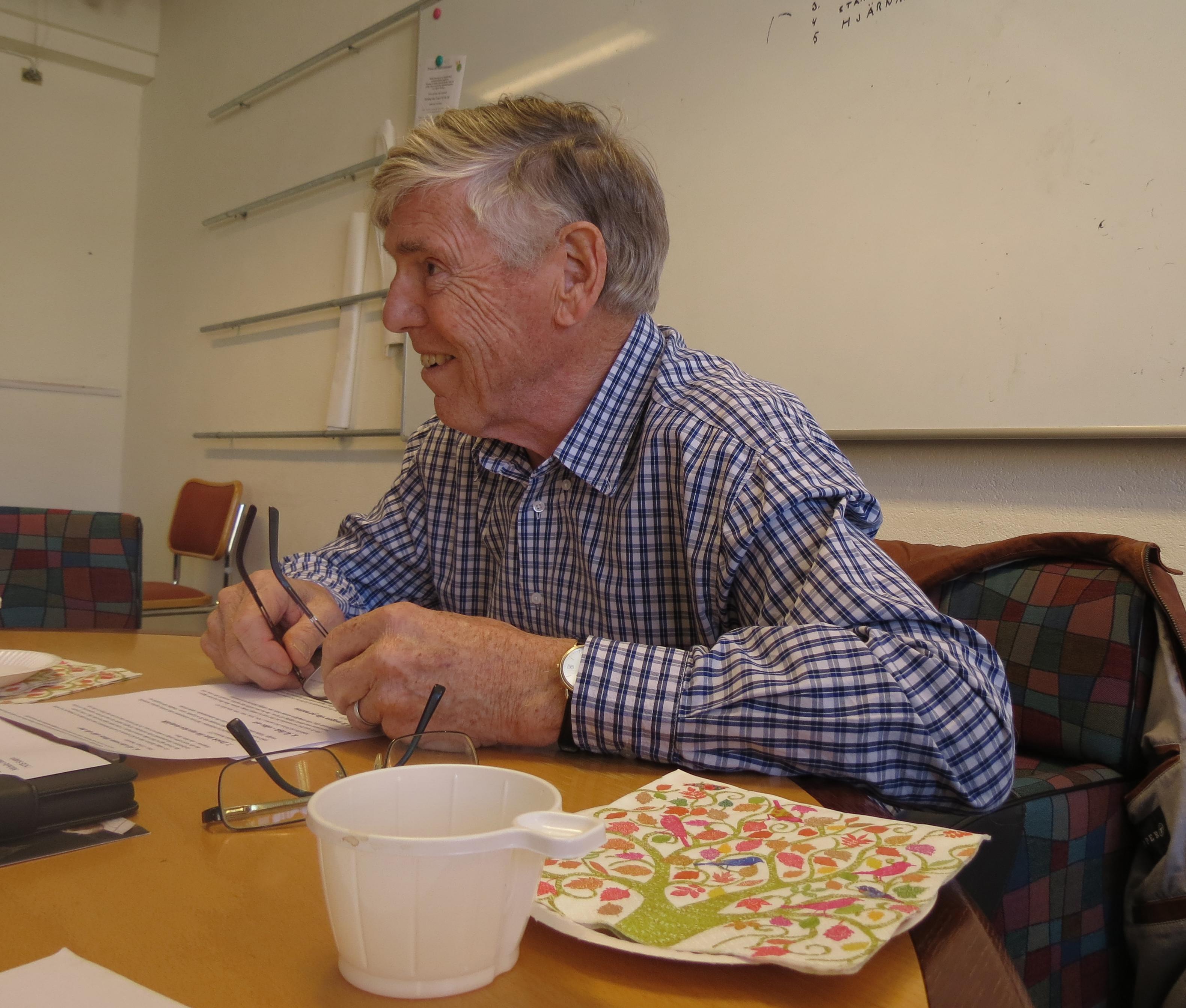 Ledare, och tillsammans med Carin Birgersson, initiativtagare till cirkeln är den pensionerade läkaren Kenneth Wallmark.