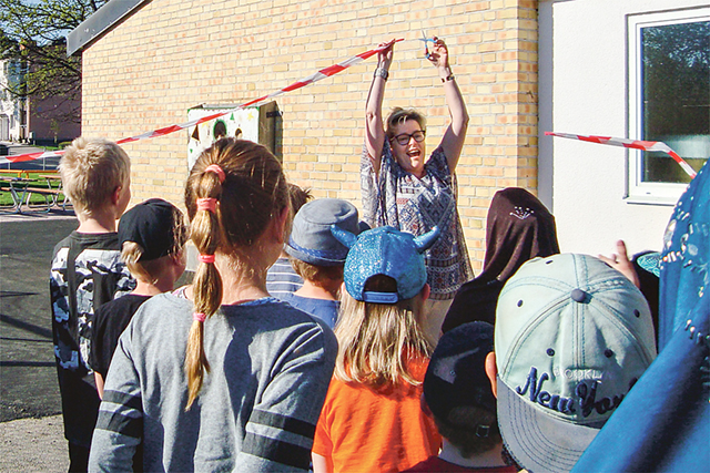 Under barnens jubel klipper rektor Christina Nessvi bandet till den nya skolgården.