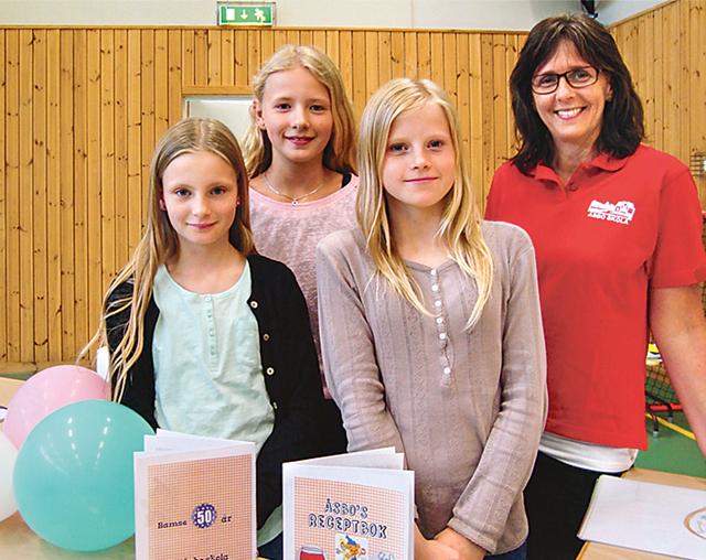 Agnes Åsberg, Hilda Ejdeholt, Filippa Carlsson och Wilma Fridh (saknas på bilden) hade gjort ett proffsigt recepthäfte.