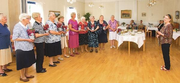 Förre kyrkoheden Britt-Marie Edvardsson gratulerar medlemmarna.