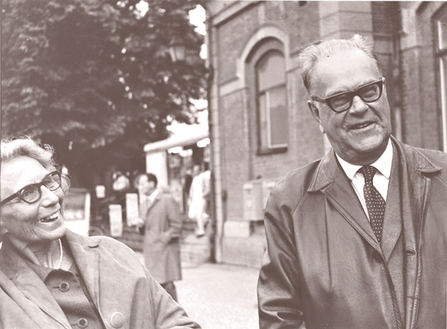 Aina och Tage Erlander utanför Läroverket i Karlstad.