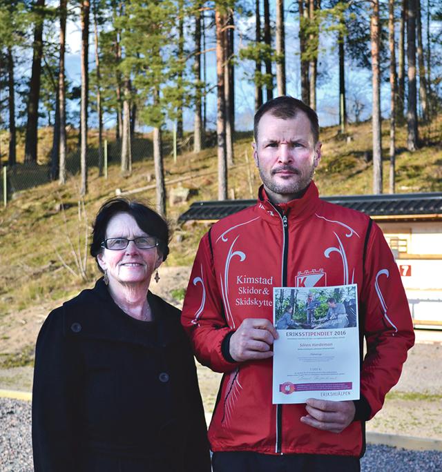Birgit Bergenbrant hade glädjen att få dela ut Eriksstipendiet till Sören Nordeman som ett bevis på hans pedagogiska förmåga att leda unga i skidskytte.