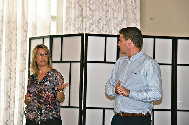 Annicki Oscarsson och Emil Wissman diskuterar.