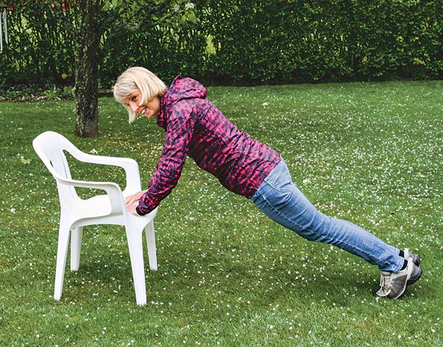 Maud Conradsson kan ta hjälp av en sten, en stubbe eller, som här, en stol.