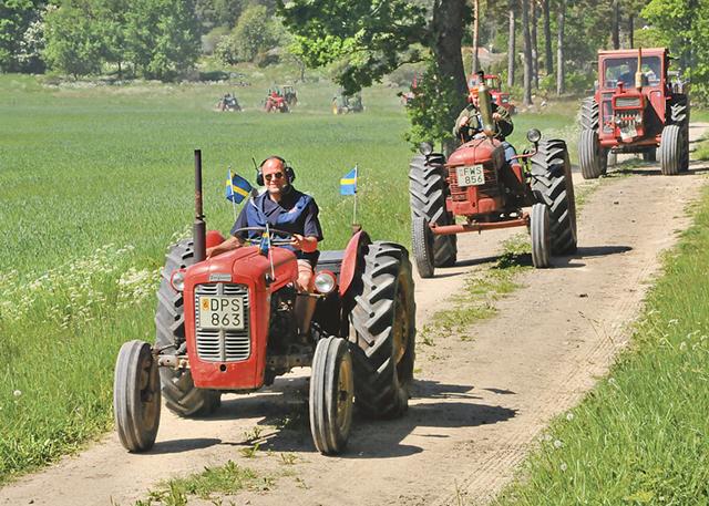 Traktorkaravanen på småvägar mot matstoppet på Mauritzberg.