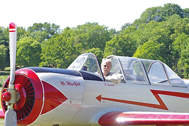 Konstflygaren Rune Leindal i sin maskin Yakovlev 52 efter väl förrättat värv.