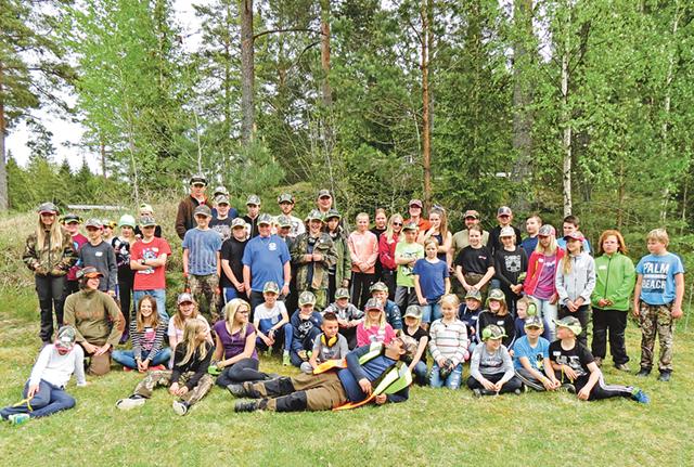 Här är lägerdeltagarna på Bocksätter samlade på bild tillsammans med den speciella ungdomsgrupp som har huvudansvaret för lägrets genomförande.