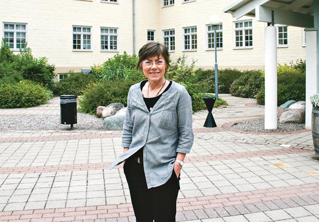 Vadstenas första samhällsbyggnadschef Annika Toll utanför kommunhuset.