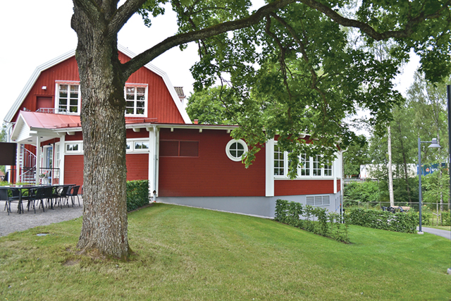 Skolhuset är vackert och utbygget liknar en paviljong och är fint inbäddad i grönska.