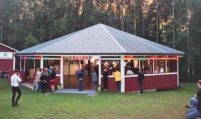 Festplatsen Ekliden med sin stora och väl underhållna dansbana ligger mitt i naturen – precis som gamla festplatser med tradition ska göra.