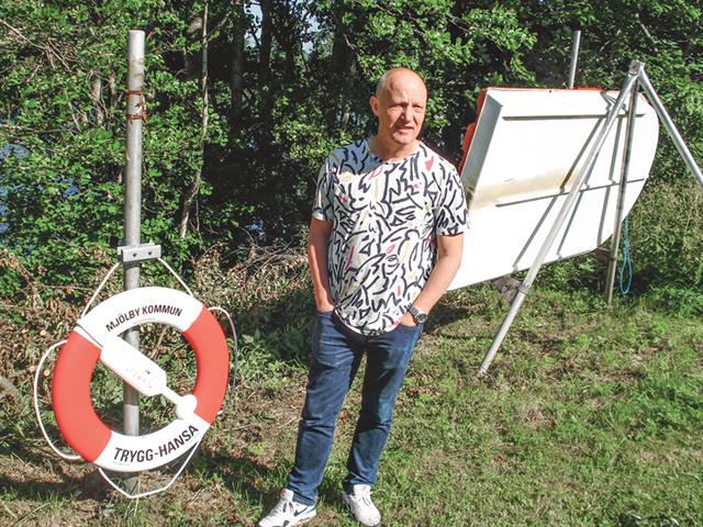 Magnus Norrbom visar räddningsutrustningen vid Nederlösabadet.