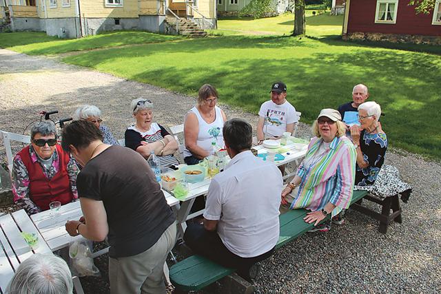 Deltagarna från SRF Motala Vadstena njöt av det goda kaffebrödet i ett strålande härligt väder på Medevi brunn.