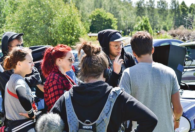 Filmteamet i fullt fokus under en tagning.
