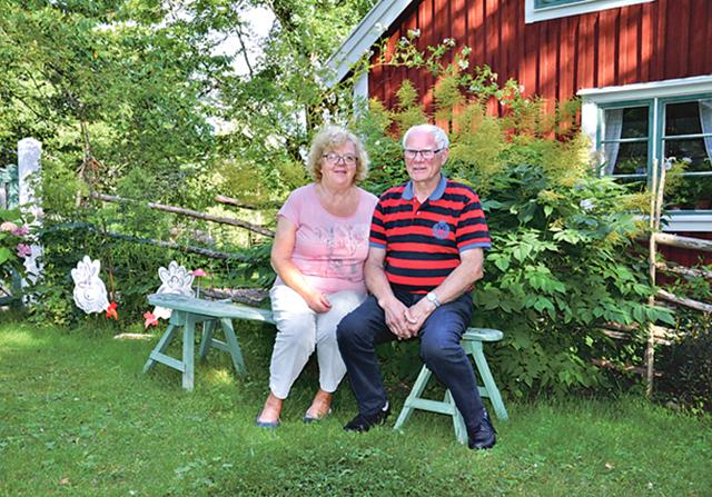 Gerd och Karl-Oskar Pettersson framför huset de blev ägare till 1999.
