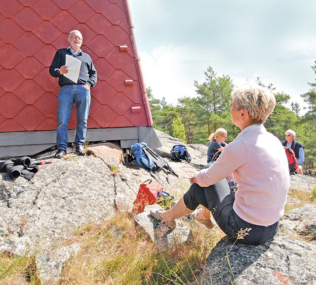 Johan Thyberg berättar om sin forskning om skärgården kring Arkö.Johan Thyberg berättar om sin forskning om skärgården kring Arkö. Elisabet Nilsson är en både intresserad och kunnig skärgårdsvän.