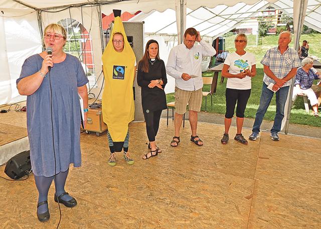 Catja Kaloudis, projektledare för Fairtrade Sverige överlämnade diplomet som visar att Valdemarsviks kommun är den 77:e diplomerade Fair Trade City i Sverige.