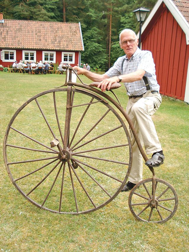 Ragnar Andersson, en trogen medlem, demonstrerar den gamla cykeln som tillverkats på 1800-talet av en lokal smed. Att åka på dessa måste varit ett äventyr, kommenterar han.
