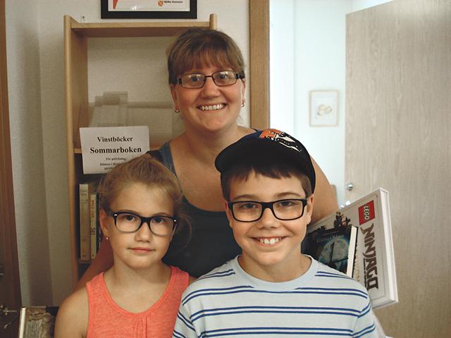 Barnen Emil och Elsa med mamma Anna Kullenberg har förstått läsningens tjusning och betydelse.