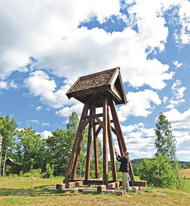 Håkan Svensson inviger klockstapeln genom att ringa in till gudstjänst i kyrkoruinen i Västertryserum.