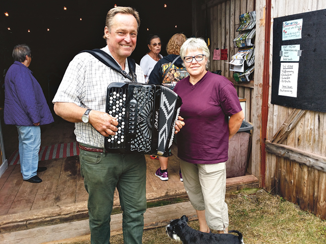 Anders och Gun Nilsson hade tagit initiativet till spelmansstämman hemma på gården.