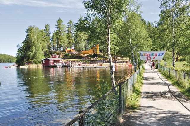 Vägen ut till Valö. Många badade i det härliga vädret. Infällda bilden: Arrangörerna Lovisa Monell och Pär Johansson gör det här för barnens skull och i förlängningen för landsbygden.