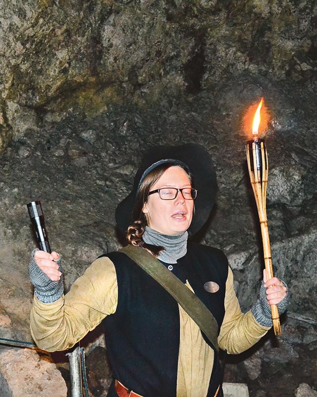 Eva-Brita Åkerlund guidar besökarna runt nere i gruvans mörker.
