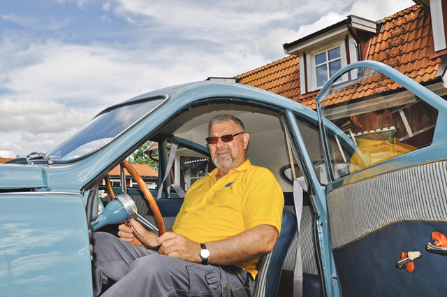 Sten-Erik Stenberg i 93:an eller mer exakt: Modell Saab 93B. Årsmodell 1959. 3-cylindrig 2-taktsmotor på 33 hästkrafter. 3 växlar.