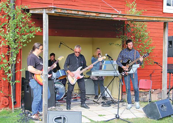 Gruppen Rollercoaster spelade några låtar med härligt tung-gung.