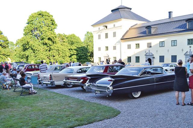 Borggården utanför Löfstad slott fylldes med bilar av många modeller.