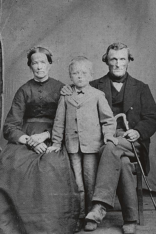 Lovisa Christina Hoffstedt, en av sönerna (kanske Carl David född 1865) samt Sven Gustaf Steineck.