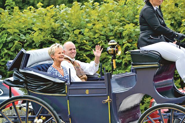 Landshövdingen Elisabeth Nilsson och hembygdsföreningens ordförande Fredrik Blomberg anlände till festligheterna i Ekmans hästdroska.