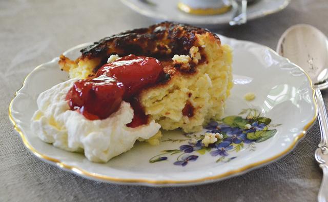Ostkaka ska avnjutas ljummen med grädde Så här ska en perfekt ostmassa se ut. och jordgubbssylt.