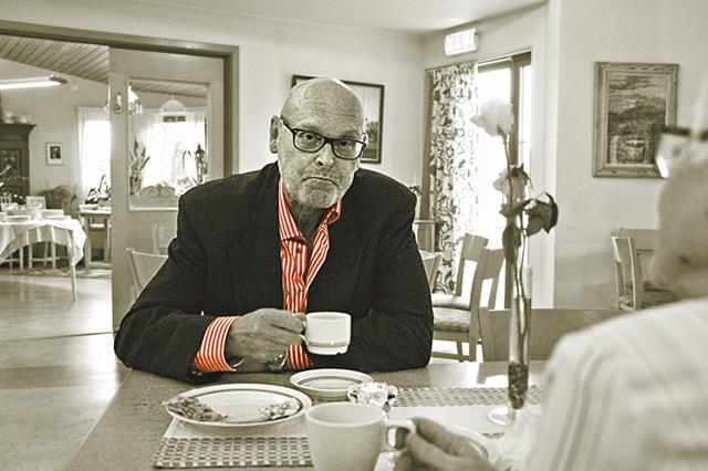 Psykiatriker Thomas Eriksson, Linköping, berättade om sin livsresa från sotarens pojke i Valla till förbandsläkare i Bosnien under höstens första Afternoon tea i Rimforsa församlingsgård.