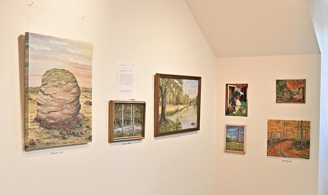En trappa upp i Rimforsa bibliotek pågår Trivselmålarnas ena utställning.