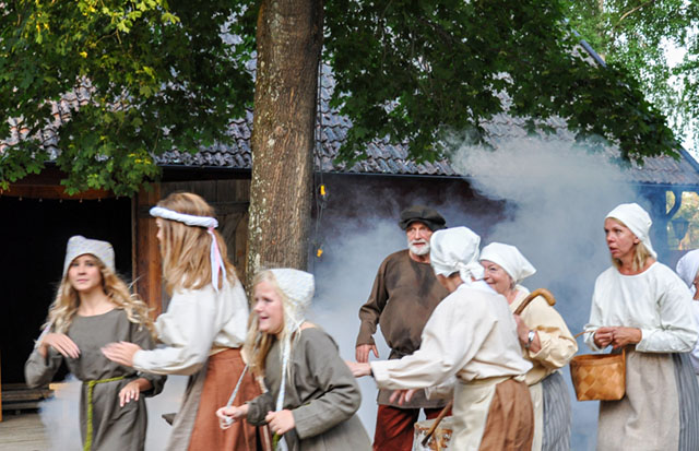 Det brann i svinhuset i Broo även i år. Bygdespelet Branden i Broo var i år en omarbetad och förtätad version av en historia som utspelade sig orosåret 1542.