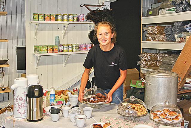 Selma Holmer erbjöd fikagästerna Björnbärsbrownies som var Årets östgötska bakverk.