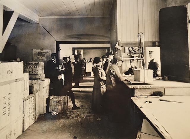 Bild från packsalen i Gamla tullhuset 1916. I det gamla packhuset utspelade sig i maj 1752 den dramatiska Packhussaken