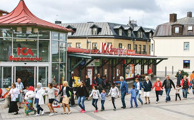 Långdans på torget i Ödeshög för fred och frihet.