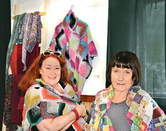 Irma Wettergren provar en sjal hos Leena Strand när det är Östgötadagar och slöjd- och hantverksutställning i Hästholmen.