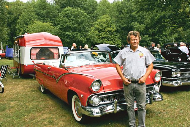 Janne Pettersson framför sin favorit bland amerikanare, en Ford Fairlane Sunliner 55.
