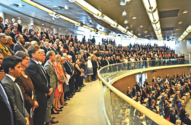 Det var högtidligt under riksmötets öppnande. Man stod upp för kungaföljet och stod upp när nationalsången sjöngs.