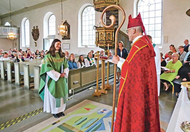 Biskop Martin Modéus installerade Matilda Helg som ny kyrkoherde vid en festmässa i Ringarums kyrka.